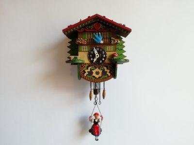 Dětské hodiny s houpačkou