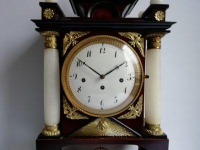 empírové sloupkové hodiny