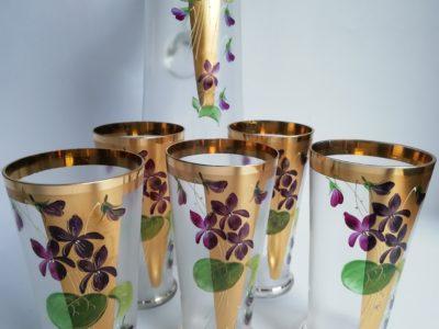 Džbán se sklenicemi - fialky
